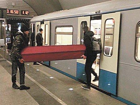 Москвич объяснил, почему вез в метро гроб, шокируя полицейских и пассажиров