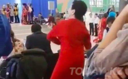 Учительница стала звездой после энергичного танца на утреннике
