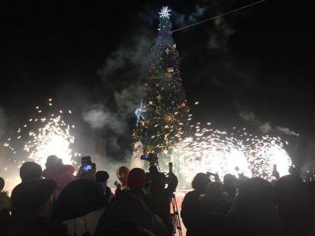 В Актау зажгли огни на главной ёлке города