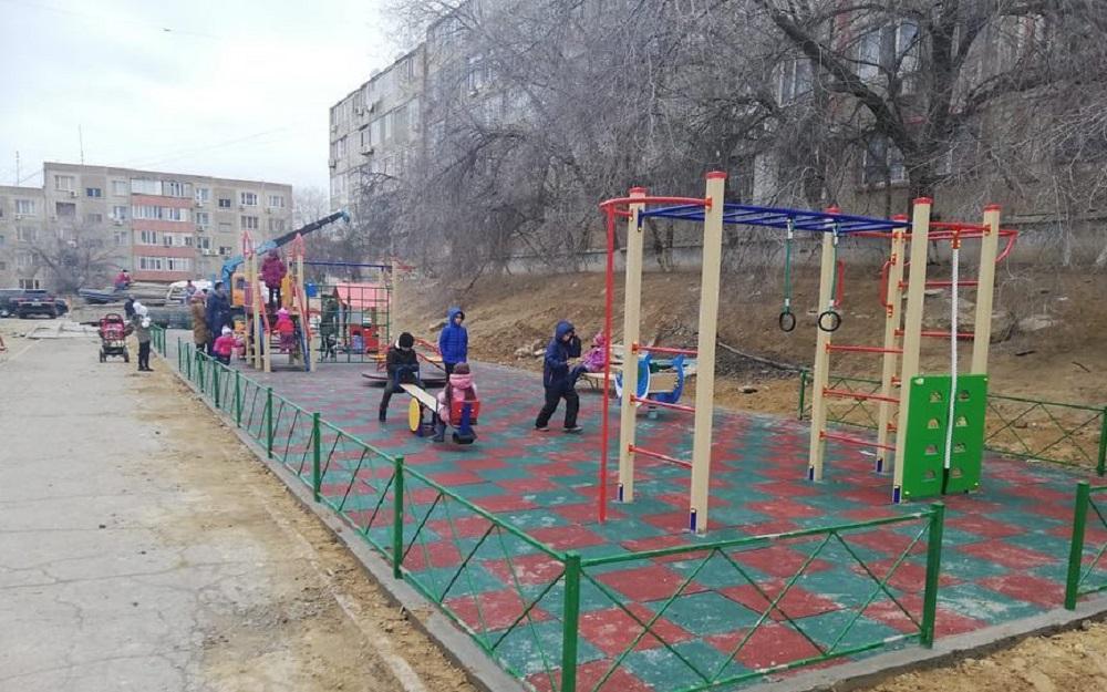 В Актау реконструировали детскую площадку