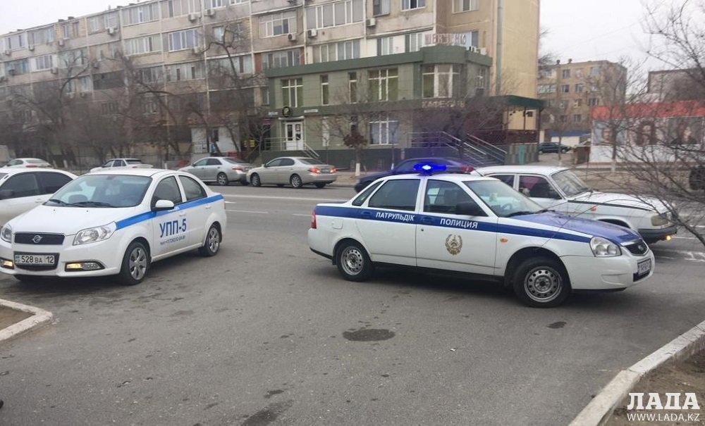 Полиция начала дежурить возле Евразийского банка в Актау