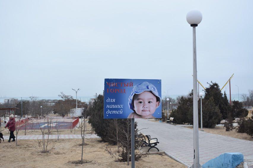 «Не забудьте хрюкнуть»: В Актау появились таблички с призывами соблюдать чистоту