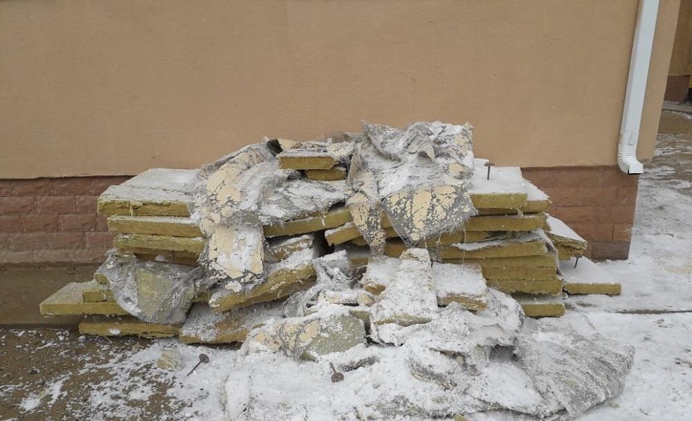 Ветром сдуло: В Актау обвалилась облицовка жилого дома