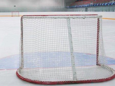 Хоккейные ворота упали на ребенка во время тренировки в Астане