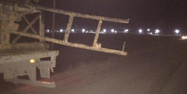 В Жетыбае большегруз снес автомашине крышу выступающими перевозимыми железными конструкциями
