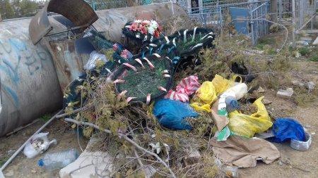 Городское кладбище в Актау завалено мусором