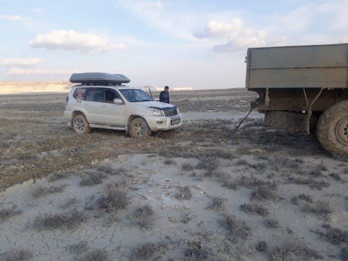 Застрявший в степи автомобиль российских туристов вызволили спасатели Мангистау