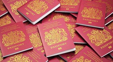 В Великобритании начали выдавать новые загранпаспорта без символики Евросоюза