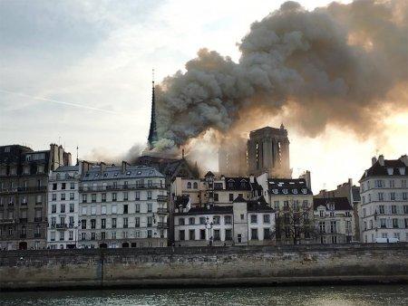 """""""Сгорела история Франции"""": в соборе Парижской Богоматери произошел пожар"""
