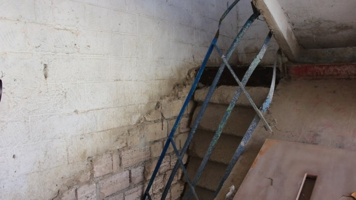 Бетонная лестница обвалилась вместе с беременной женщиной и ребенком в Мангистау