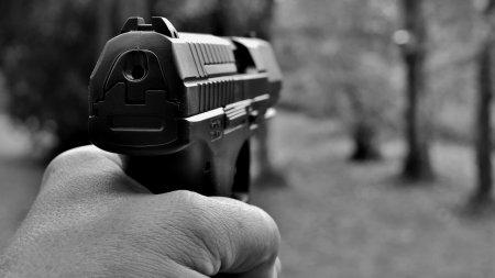 Полицейский стрелял в сотрудников Нацбюро. Объявлен розыск