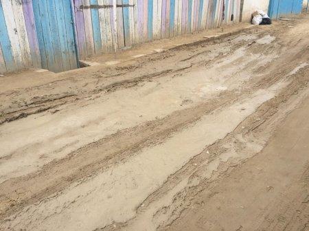 «И скорая не проедет»: Житель села в Мангистауской области пожаловался на размытые дороги