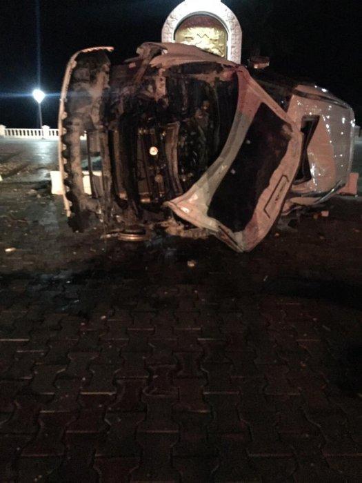 На набережной Актау автомобиль вылетел на пешеходную зону