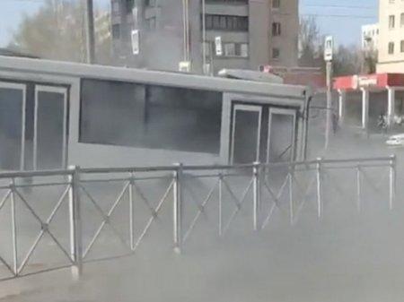 Автобус с пассажирами провалился в яму с кипятком в Санкт-Петербурге