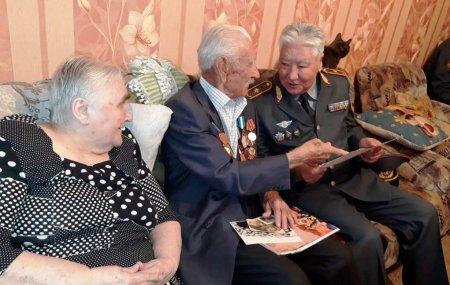 Генерал Национальной гвардии РК поздравил с 91-летием ветерана войны в Актау