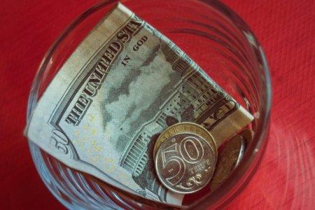 Доллар за сутки ослаб