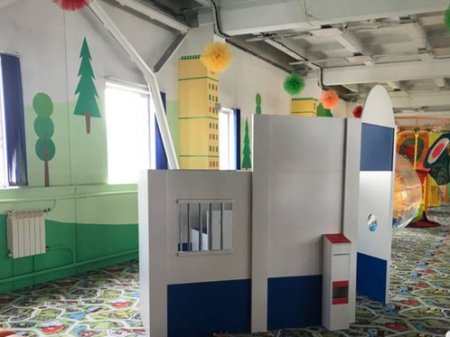 Игровая зона с тюремной камерой появилась в детском центре развлечений Абакана