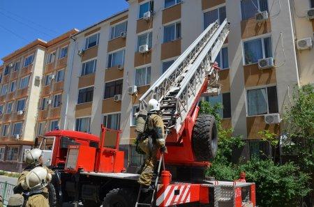 Пожарные Актау эвакуировали 15 человек из жилого дома из-за травли насекомых