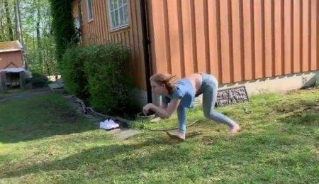 Молодая норвежка, мечтающая стать лошадью, легко бегает на четвереньках