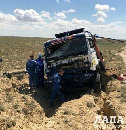 Грузовик перевернулся во время прохождения этапа Кубка мира «Ралли Казахстан-2019» в Мангистау