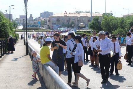 В Атырау около 20 детей получили тепловой удар на параде в честь дня их защиты