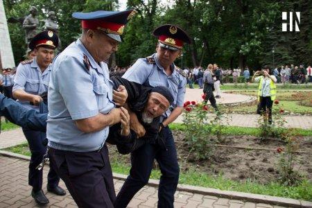 Замглавы МВД: в Алматы и Нур-Султане были задержаны около 500 человек. Трое полицейских получили травмы