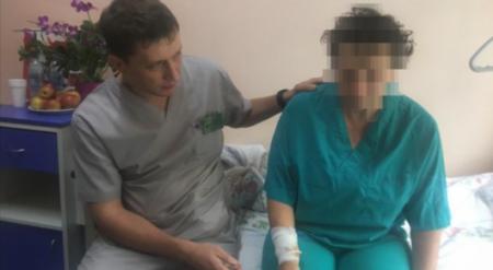 Врачи рассказали о состоянии женщин, порезавших себя во время митинга в Алматы