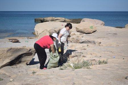 Полицейские Мангистау убрали мусор на пляже