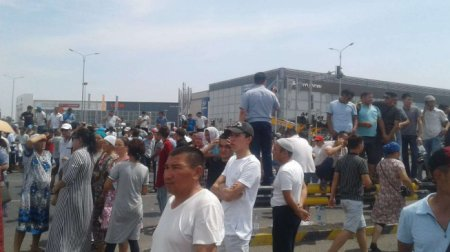 Беженцы из Арыси вышли на митинг в Шымкенте