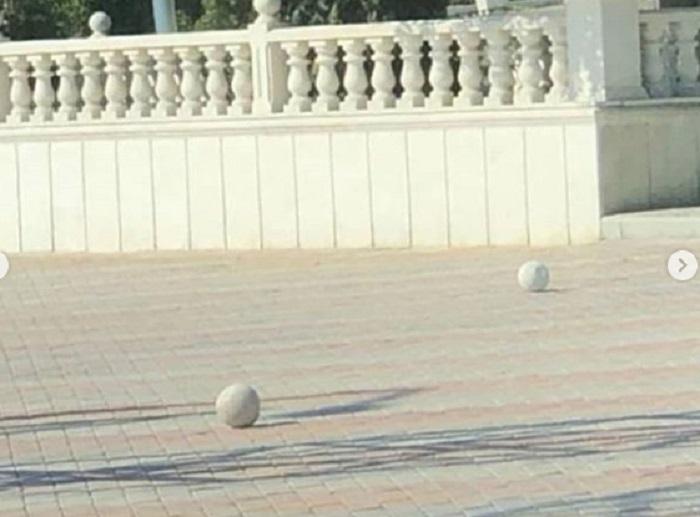 Акимат Актау: Балясины в сквере Победы установлены в соответствии с нормами архитектурного строительства
