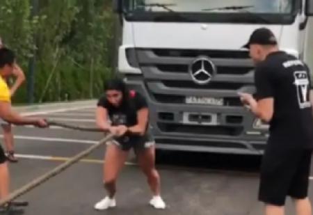Сильнее табуна лошадей: казахстанка протащила 17-тонный грузовик