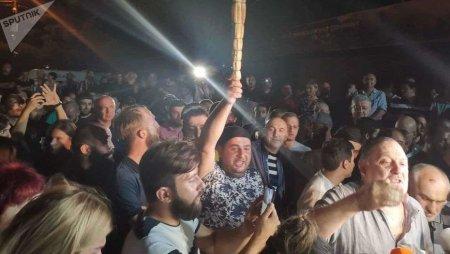 В Грузии люди вышли на стихийный митинг против ведущего телекомпании, оскорбившего Путина