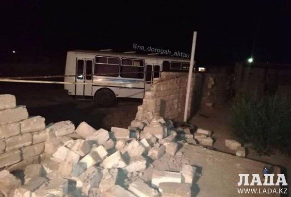 Пассажирский автобус врезался в ограждение в пригороде Актау