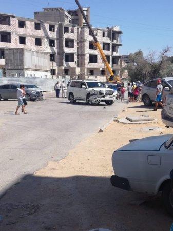 Внедорожник протаранил три автомобиля и школьный забор в Актау