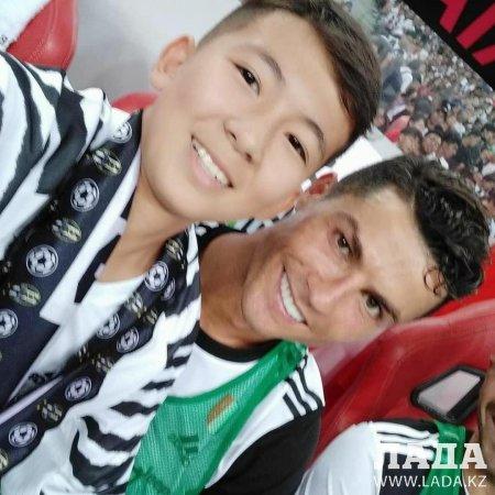 Подросток из Актау выбежал к Криштиану Роналду во время футбольного матча в Сингапуре