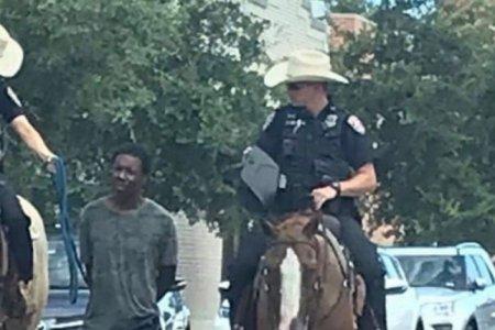 Конная полиция в США на привязи провела задержанного афроамериканца по улицам