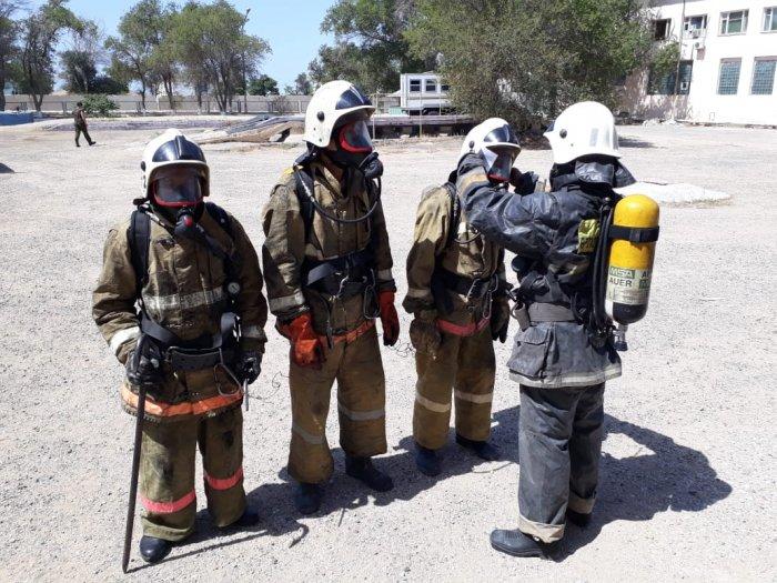 Пожарные Мангистау провели занятия в теплодымокамере