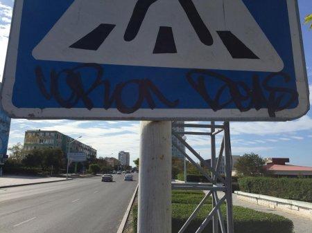 Отмывать свои «художества» на дорожных знаках придётся жителю Актау