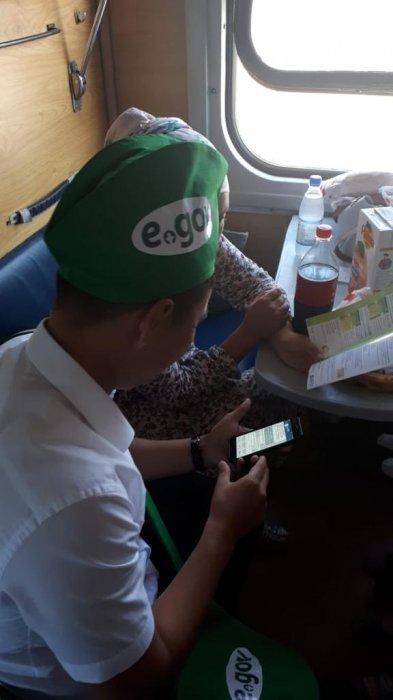 Сотрудники мобильного ЦОНа проконсультировали мангистаусцев в поезде