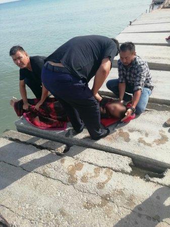 В Актау спасатели вытащили из воды утопающего