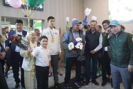 В аэропорту Актау встретили чемпиона мира по боксу Бекзада Нурдаулетова и его тренера Марата Джакиева