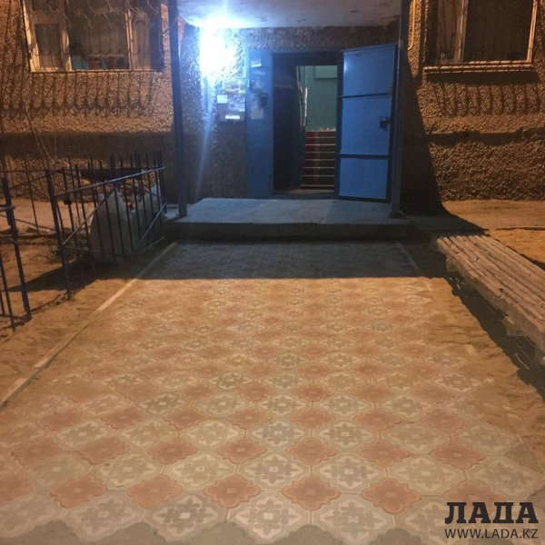 Устали ждать: Жители Актау своими силами благоустроили подъездную дорожку