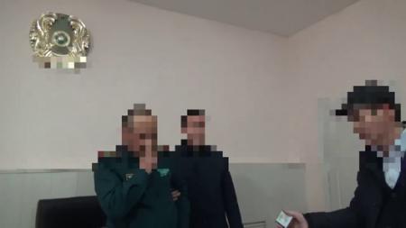 Майора сняли на видео при попытке получить взятку в Жамбылской области
