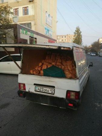 Вот так в Актау развозят хлеб