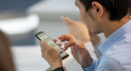 Правительство Казахстана разрешило вернуть смартфоны госслужащим
