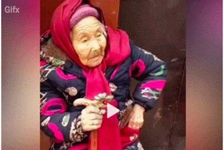 Просто 107-летняя мама даёт 84-летней дочери конфеты