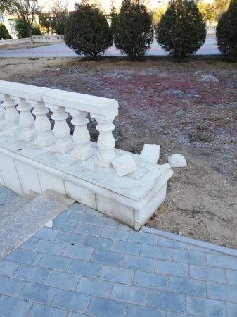 Вандалы разгромили архитектурные  сооружения в сквере Победы в Актау
