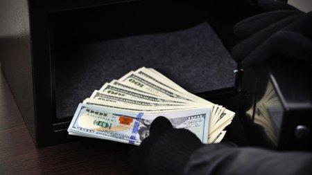 Во время полета у казахстанки украли 4,5 тысячи долларов
