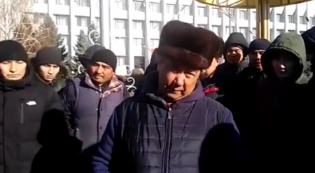 В Кыргызстане люди собрались на площади и пожаловались на казахстанских гаишников
