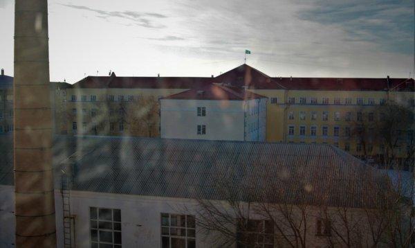 Студент из Актау разбился насмерть при падении из окна общежития в Уральске